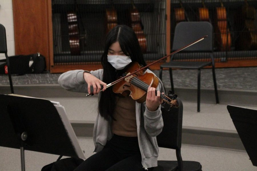 Norina+Shao%2C+a+freshman+violin+player%2C+practices+during+Chamber+Orchestra.+She+earned+a+spot+on+the+virtual+All+Suburban+Orchestra.